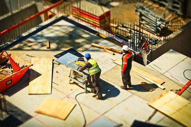 dwóch robotników na budowie